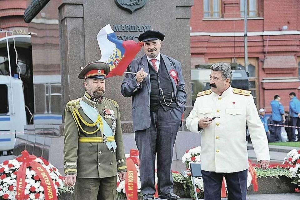 Двойники Ленина и Сталина (и за компанию Николая II) без работы не останутся. Для туристов они - исторические символы России.