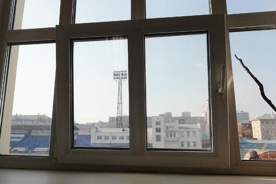 В Новосибирске ребенок выпал из окна многоэтажки и остался жив.