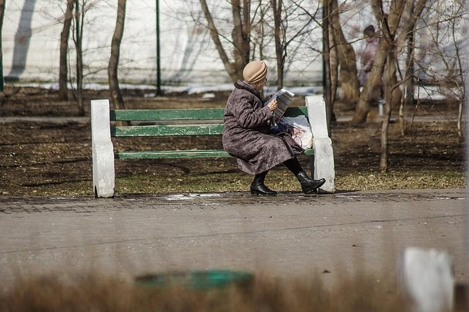 Пожилым людям старше 65 лет нужно позволить поочередно гулять во дворе и около дома, заявили в Совфеде