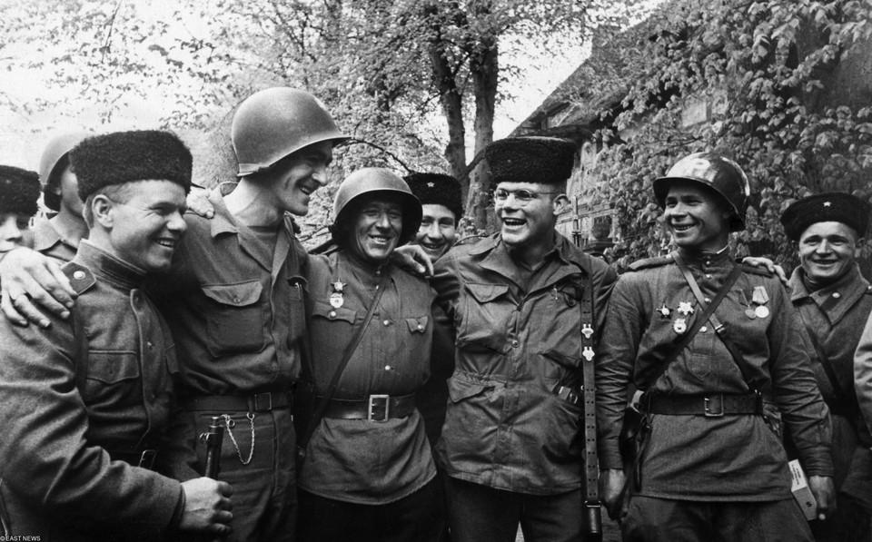 """25 апреля 1945 года состоялась знаменитая """"Встреча на Эльбе"""" войск союзников и СССР."""