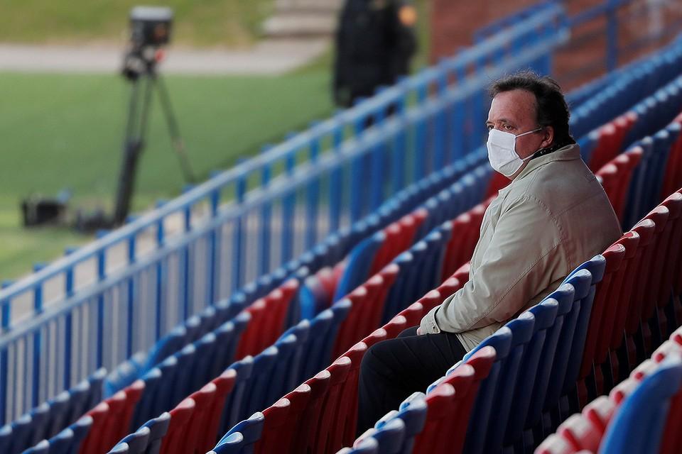 Болельщик на трибунах футбольного стадиона в Минске. Беларусь стала единственной страной Европы, не приостановившей национальное первенство на время пандемии.