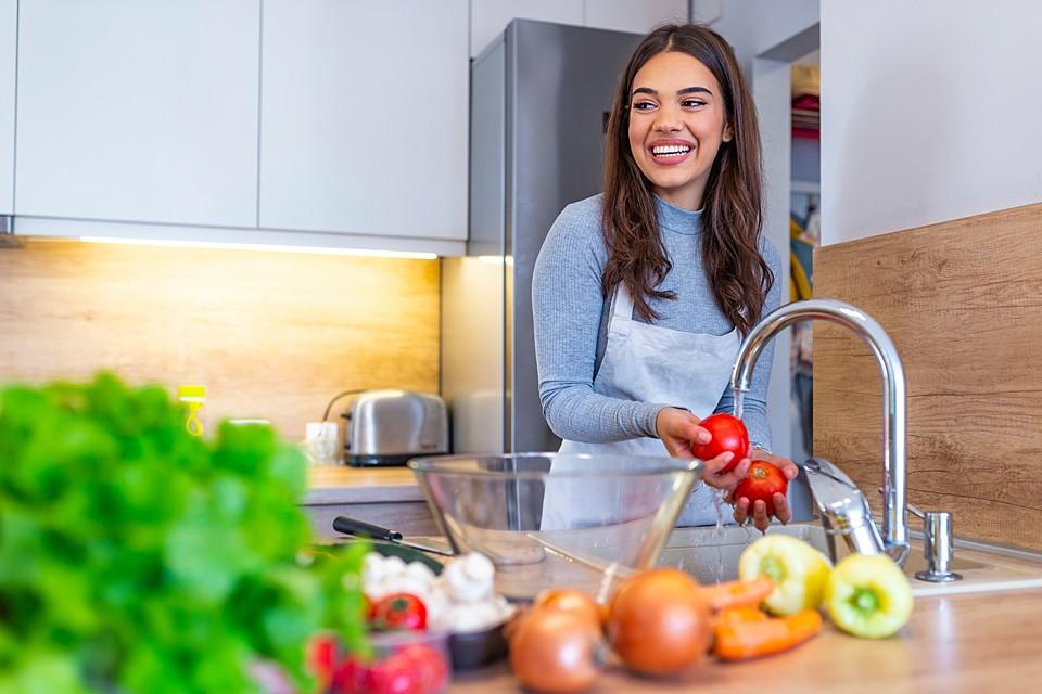 Развесные овощи и фрукты, купленные в магазине, которые вы не будете термически обрабатывать, стоит тщательно помыть
