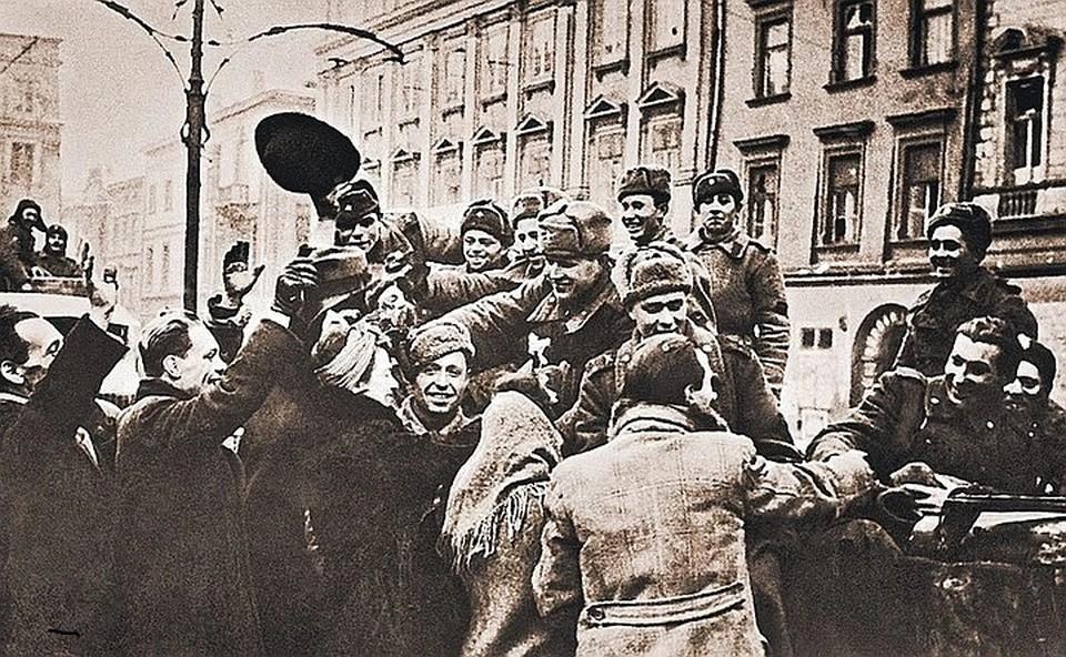 Жители польского города Кракова приветствуют советских воинов-освободителей. 19 января 1945 г