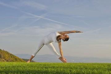 Поза триконасана в йоге