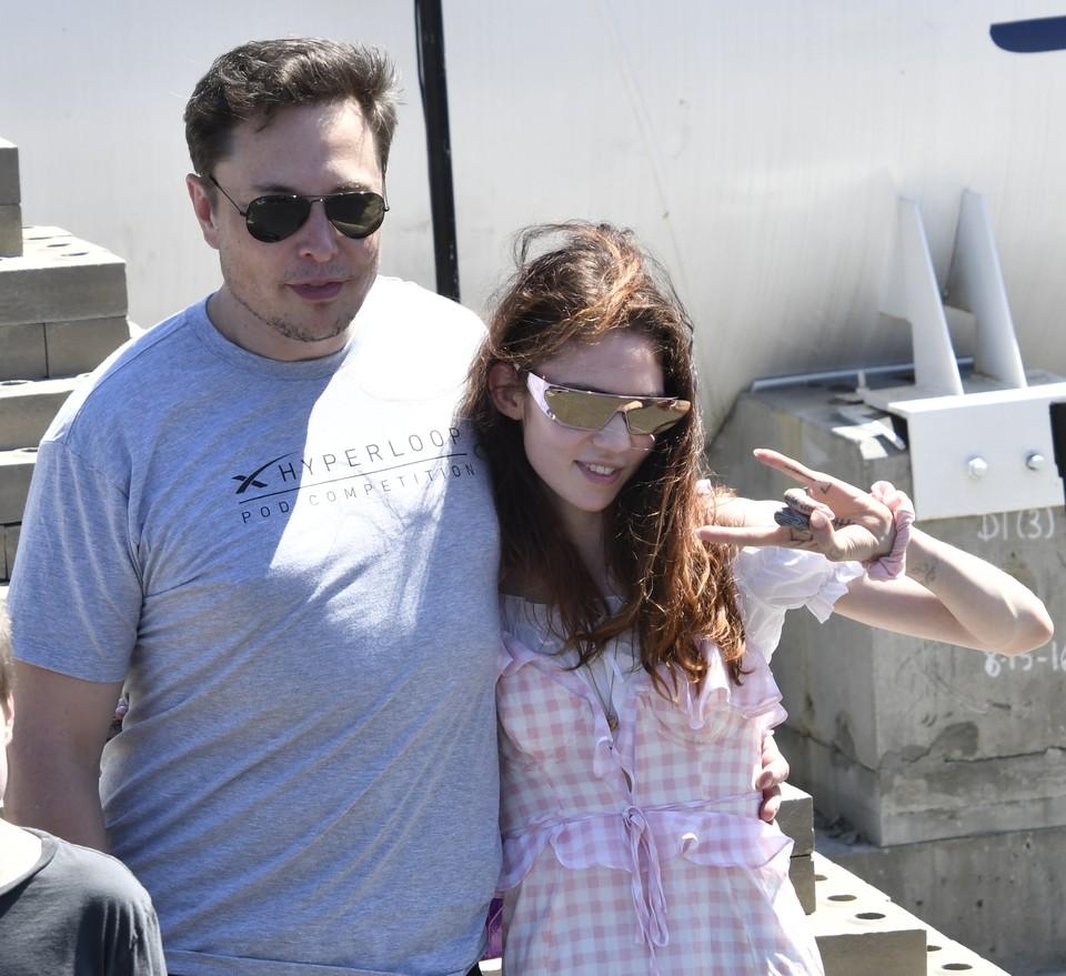 Илон Маск и певица Граймс назвали сына X Æ A-12