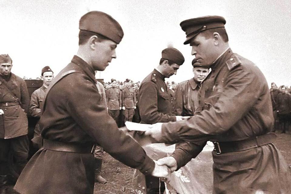 1 августа 1943 г. Боец получает награду. 2-й Украинский фронт, р-н Полтавы.Владимир ГАЛЬПЕРИН/РИА Новости