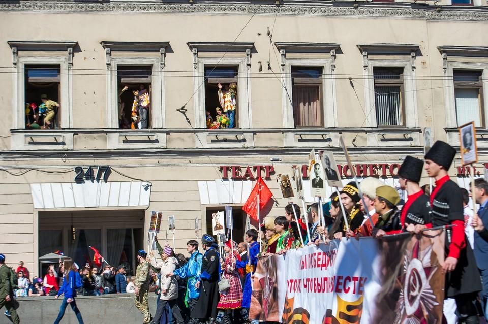 Таких массовых торжеств в Санкт-Петербурге сегодня не будет. Но мы расскажем в нашем прямой онлайн-трансляции, как горожане отмечают 9 мая 2020 года в режиме самоизоляции.