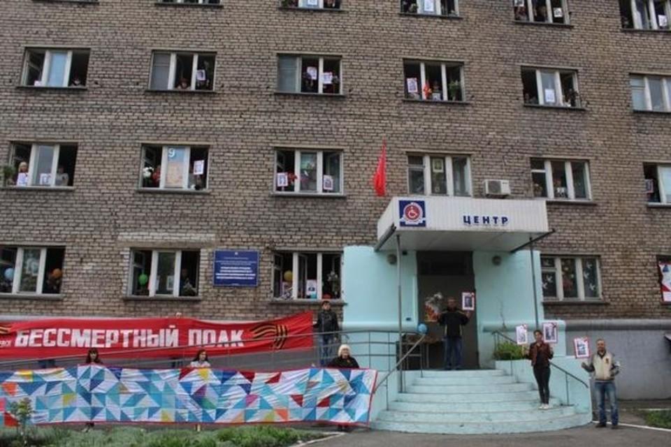 Полотнище памяти было расположено на фасаде здания организаторов акции – Алчевского центра реабилитации детей-инвалидов. Фото: ЛИЦ