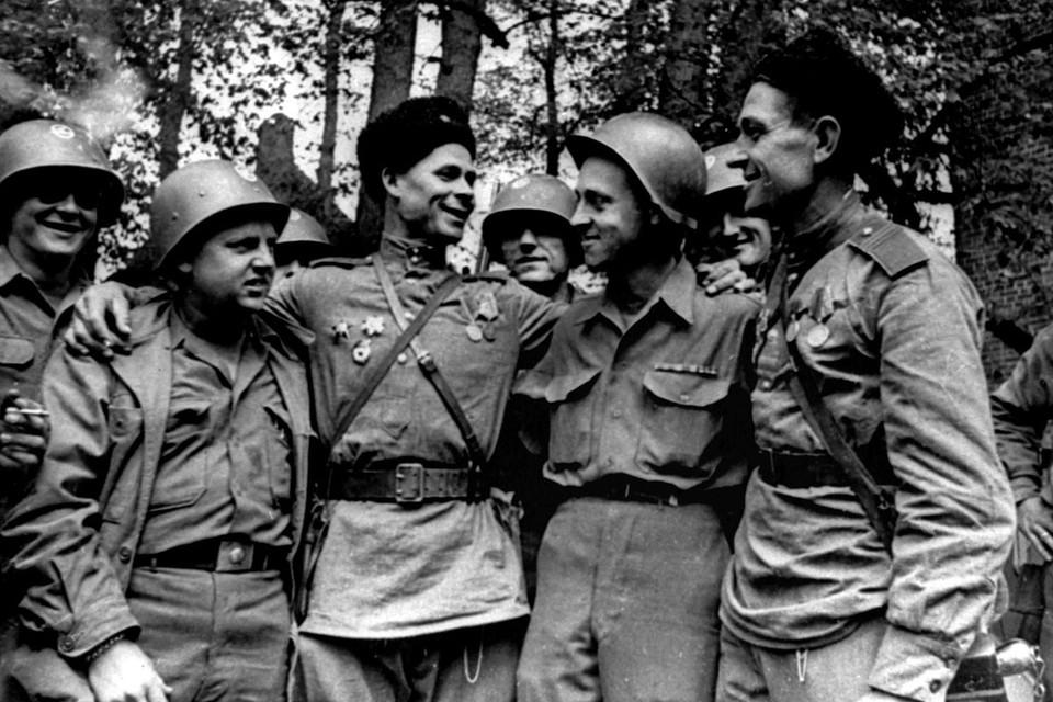 Встреча американских и советских солдат на Эльбе в 1945 году. Фото: Аркадий Шайхет/Фотохроника ТАСС