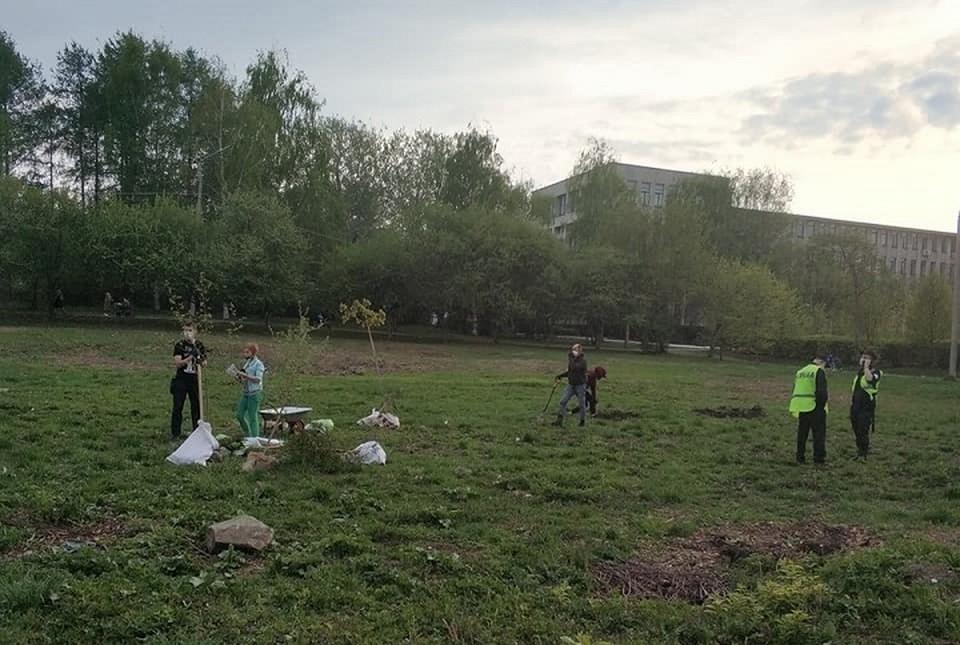 11 мая активисты высадили в парке у УрГУПСа 50 деревьев вместо тех, которые вырубили ради строительства бассейна. Фото: Константин Киселев