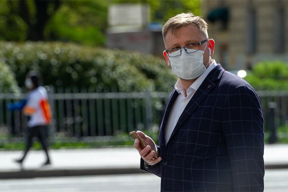 Прохожий в медицинской маске на улицах Санкт-Петербурга, май 2020 г.