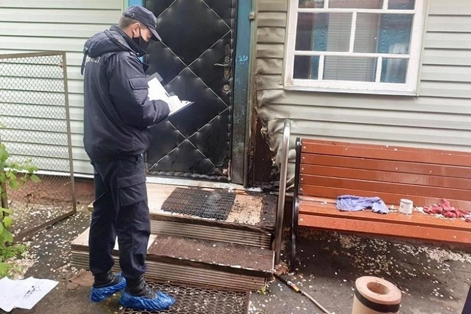 Чтобы выманить из дома жертву убийца поджег входную дверь. Фото: УСК по Могилевской области.
