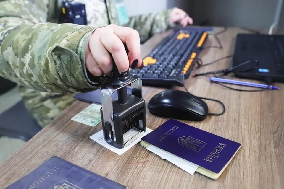 На КПВВ «Новотроицкое» под Волновахой судья предъявляла украинским пограничникам поддельный паспорт. Фото ГПСУ