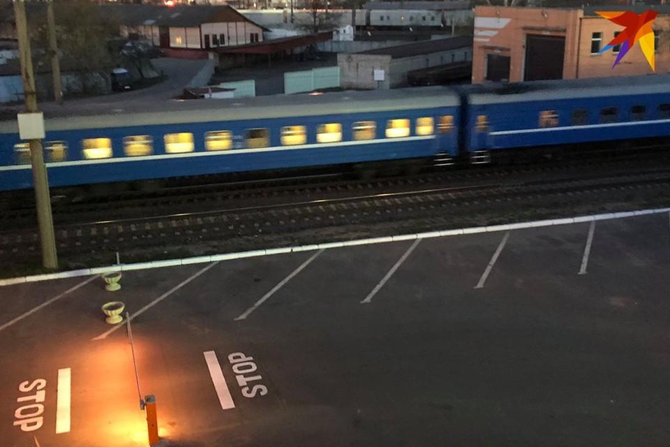 За 50 метров до приближающегося поезда женщина прыгнула на пути