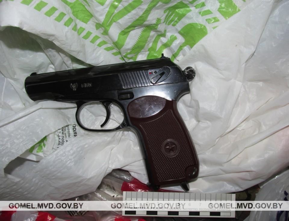 Мужчина в алкогольком опьянении угрожал ружьем местным жителям в калинковичском районе. Фото: УВД Гомельского облисполкома