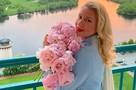 «Похожа на Грейс Келли»: Екатерина Одинцова поразила поклонников нарядом для прогулки под дождем