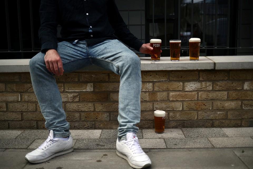 """Британец с несколькими пинтами свежего пива, которые налили ему владельцы специального """"паба на колесах"""", Лондон, май 2020 года."""