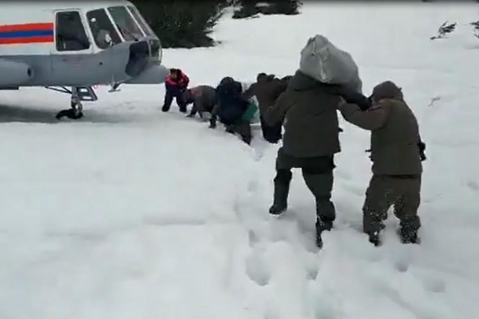 Спасатели эвакуировали из труднодоступной местности шестерых рыбаков, утопивших вездеход на горном озере. ФОТО: БПСО, скрин с видео.