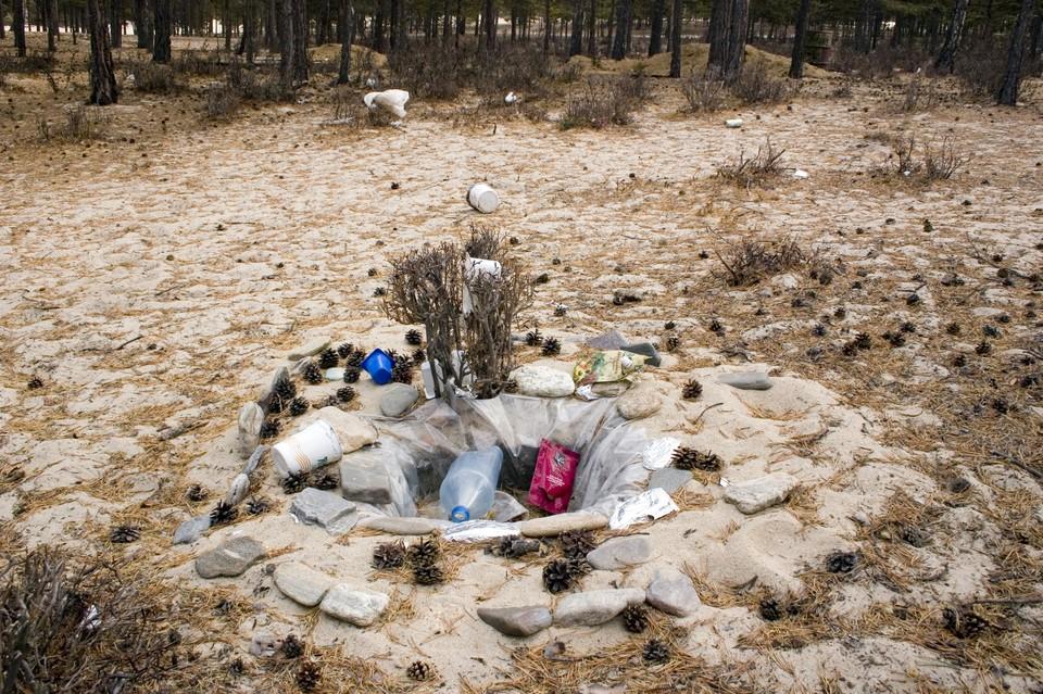 Мужчину избили, связали веревками и заживо закопали в песке.