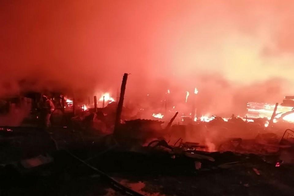 Появилось видео страшного пожара в Иркутской области, в котором погибли отец и четверо детей.