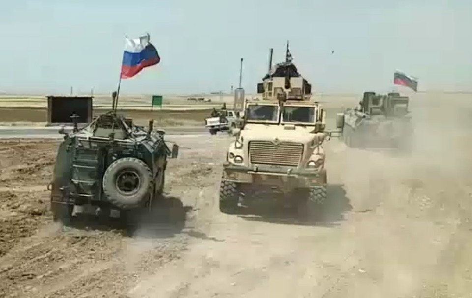 Негласное противостояние российских и американских военных патрулей в Сирии порой оборачивается курьезами.