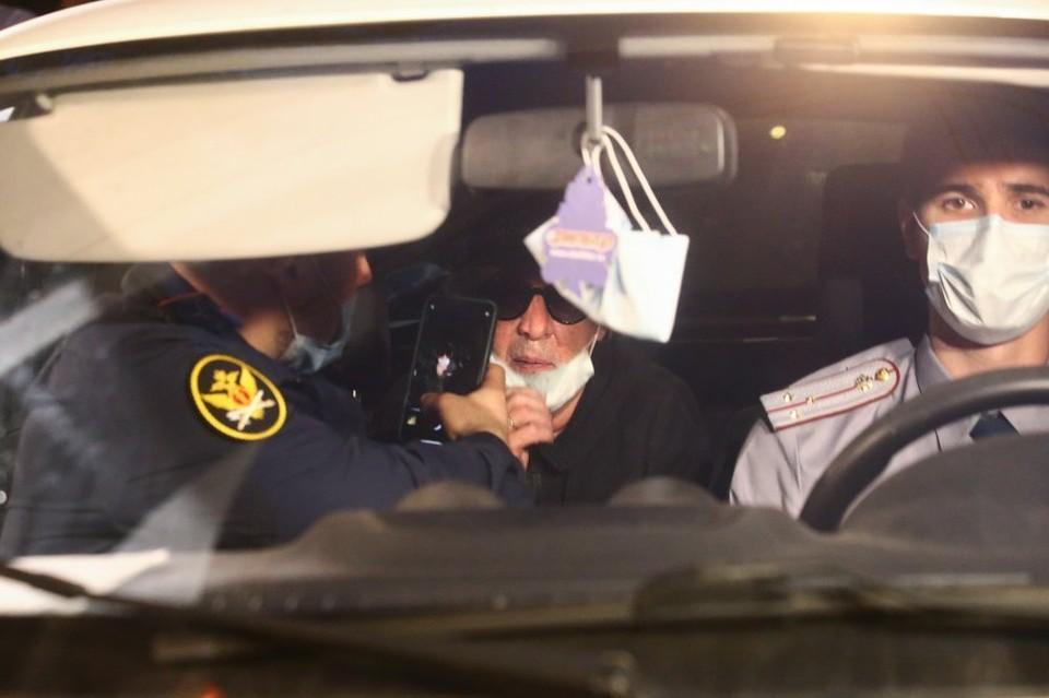 Актер Михаил Ефремов, доставленный по месту прописки для отбывания домашнего ареста.