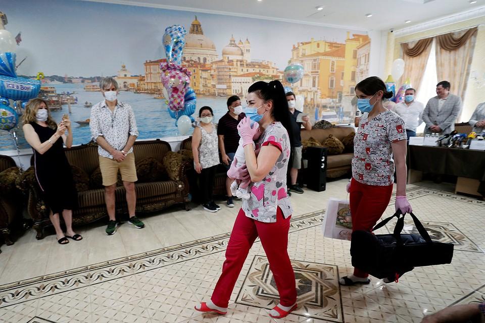 В Киевском отеле шесть супружеских пар из Аргентины забрали своих детей, рожденных от суррогатных матерей на Украине.