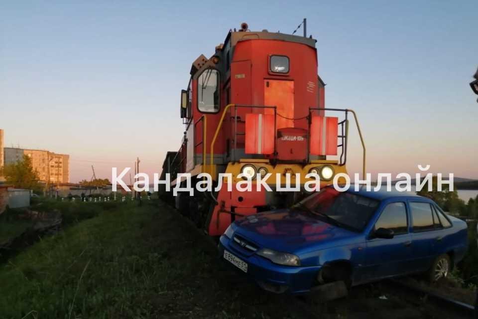 Поезд несколько метров протащил машину по путям. Фото: vk.com/kandaone