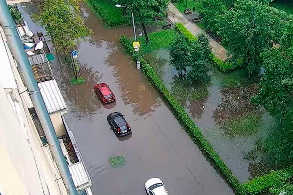 20 июня на Москву обрушился сильный ливень. Фото: ЦОДД