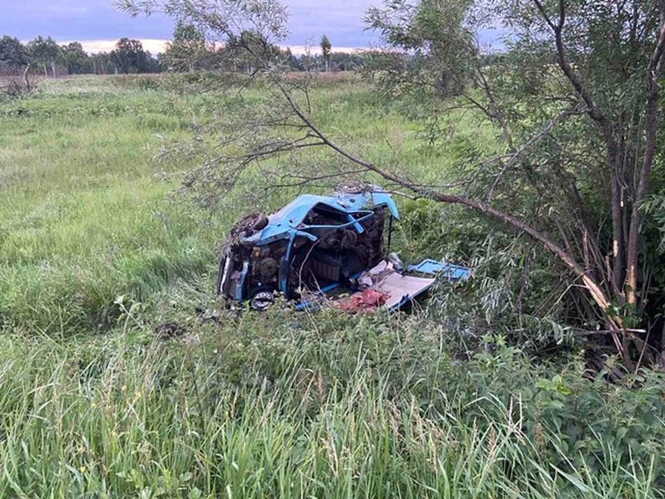 Автомобиль с маленькими детьми вылетел в кювет на тюменской трассе. Фото - ГИБДД Тюменской области.
