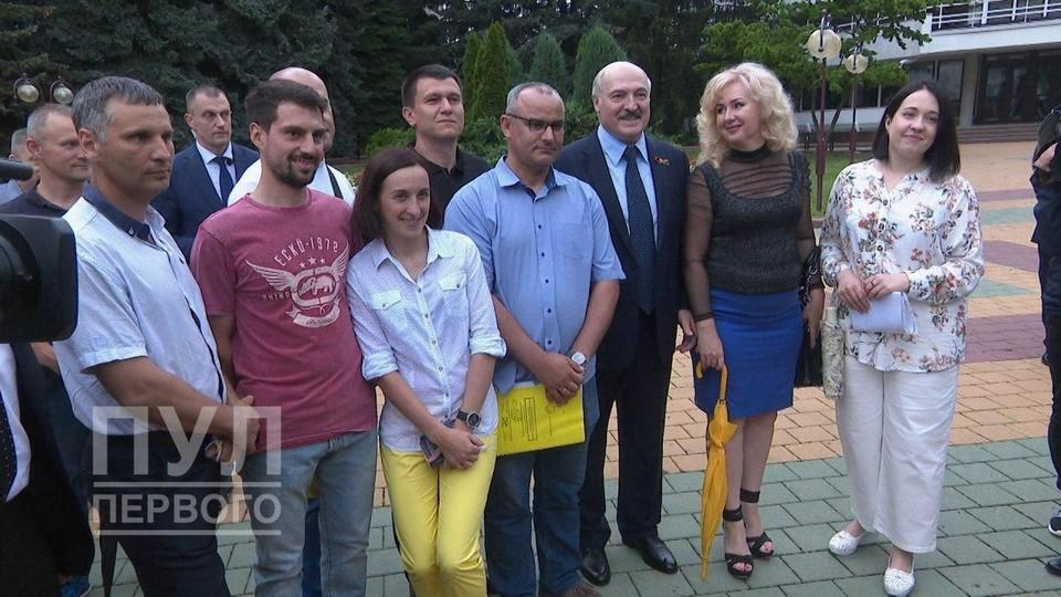 Лукашенко перед отъездом пообщался с активистами, в том числе из протестной инициативной группы. Фото: Пул Первого.