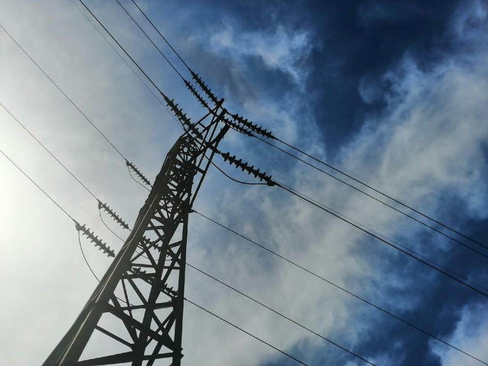 Энергетики ремонтируют электросети.