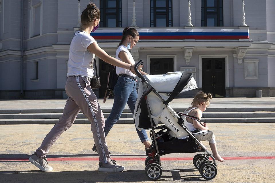 Согласно решению президента Путина, повторная выплата в 10 тысяч рублей положена на каждого ребенка в возрасте до 16 лет.