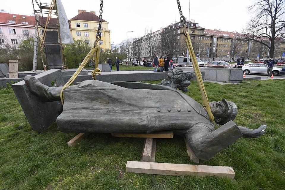 3 апреля 2020 года по приказу стервеца Ондржея Коларжа, старосты района Прага-6, на шею статуи советского маршала Конева накинули веревку.