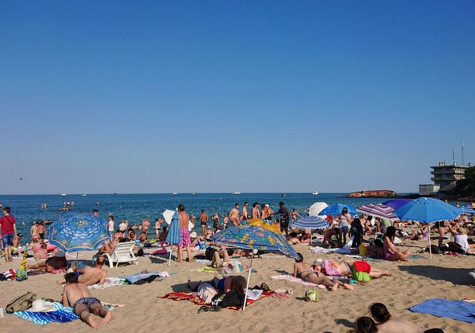 На пляжах - битком. Фото: Думская.