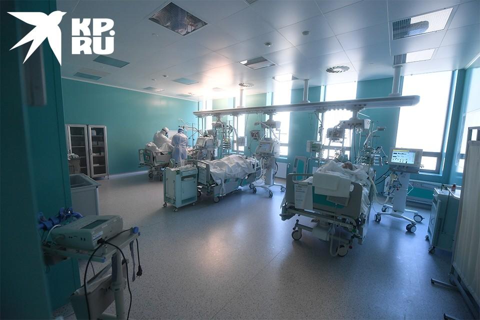 К аппарату ИВЛ подключены шестеро пациентов.