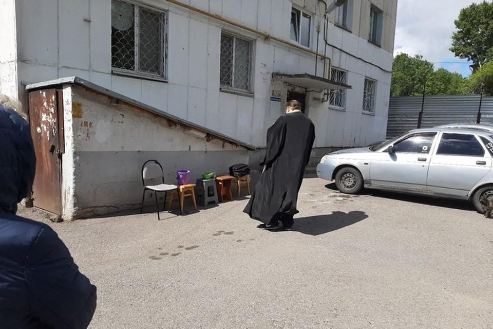 Протоиерей Александр Сапон освящает дом / фото: vk.com, пользователь - Иван Апаев