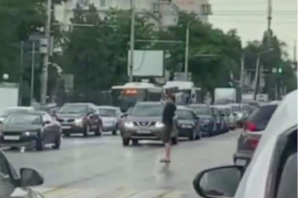 В Ростове парень регулировал движение из-за сломанного светофора. Фото: соцсети