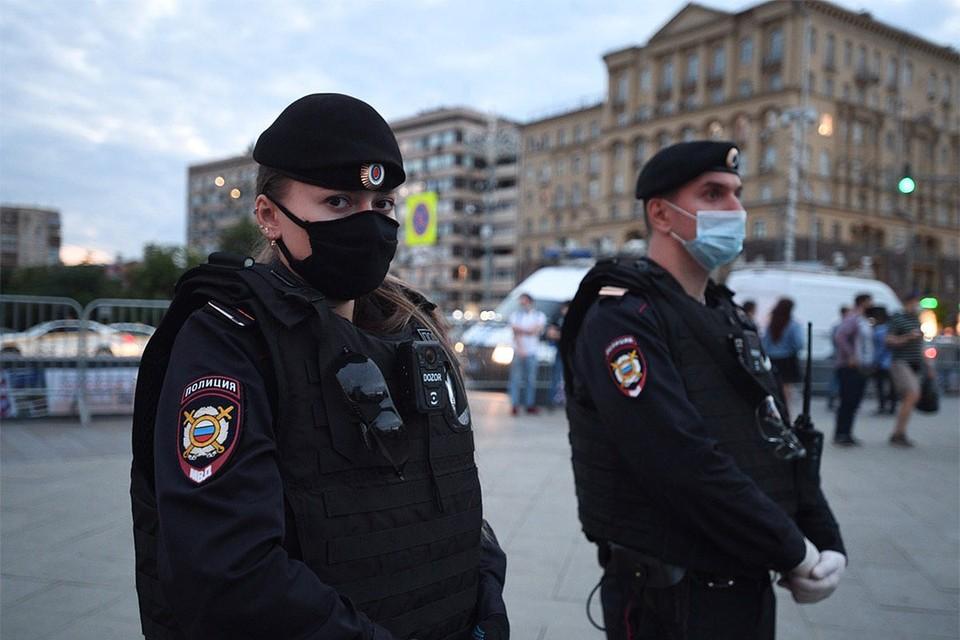 Сотрудники полиции у места пикета на Пушкинской площади в Москве.
