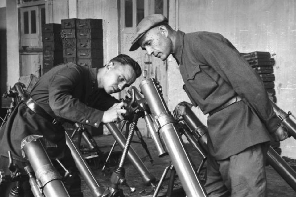 Осмотр готовых минометов на Химмашзаводе в 1942 году. Фото: предоставлено Управлением архивами Свердловской области. Снимок М.А. Инсарова.