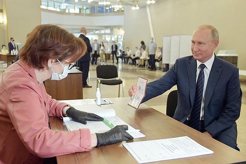 Глава государства в среду утром приехал на свой избирательный участок в Академии наук. Фото: Алексей Дружинин/ТАСС