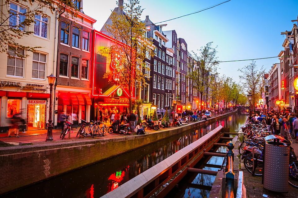 В Амстердаме знаменитая улица Красных фонарей, закрытая с середины марта, вновь начала принимать клиентов с 1 июля