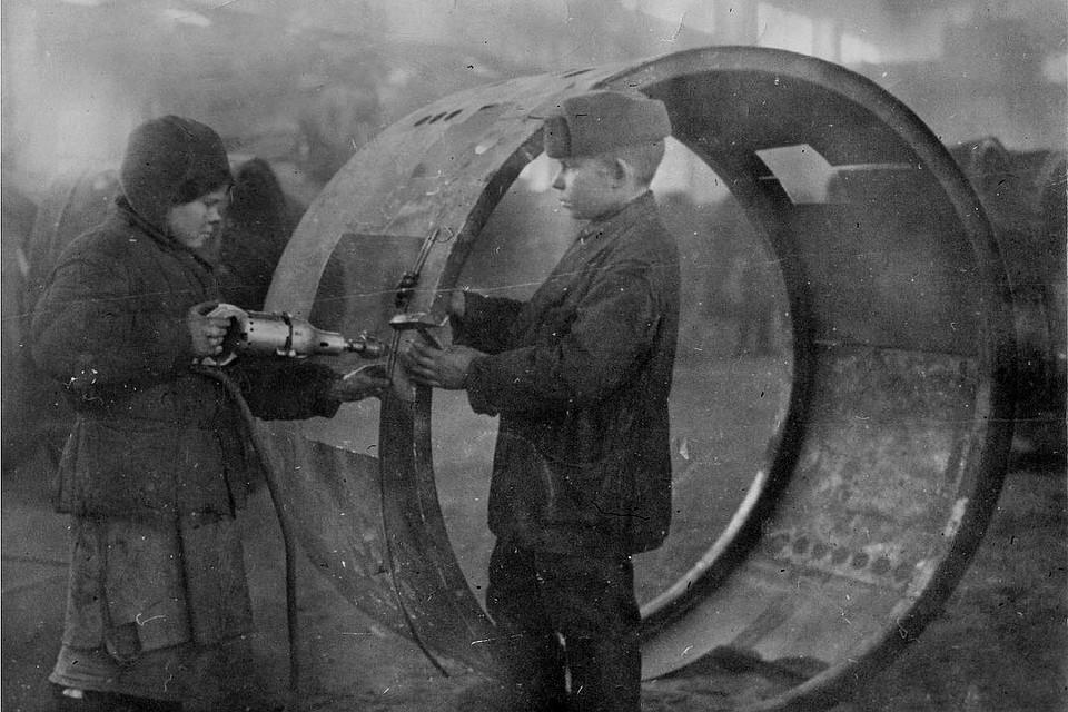 Дети собирают зенитный прожектор, 1941 год, Новосибирск. Фото: Музей города Новосибирска
