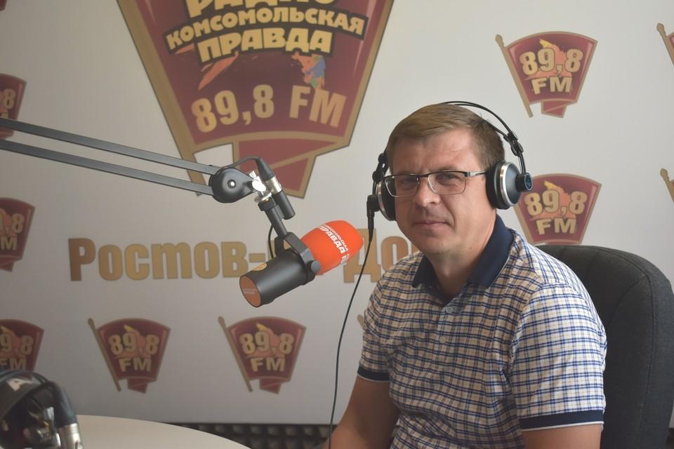 В студии радио «Комсомольская правда» депутат Законодательного собрания региона и член регионального совета «СР» Борис Вальтер. Фото: Себастьян Лукьянов