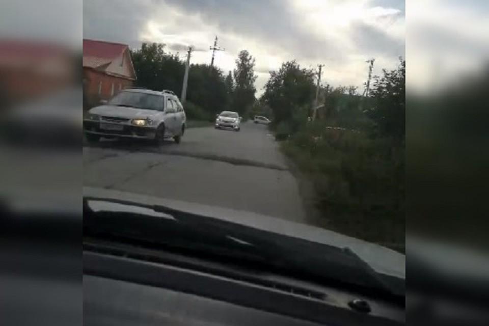 """На проезжей части местные жители поставили сразу несколько """"лежачих полицейских"""". Фото: стоп-кадр."""
