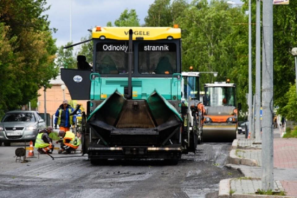 Дорожный ремонт в Ханты-Мансийске ведут в две смены. Фото администрации города.