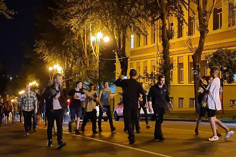 Молодежь, похоже, решила совместить недовольство арестом губернатора края с летней тусовкой. Фото: Евгения Пустовит/ТАСС