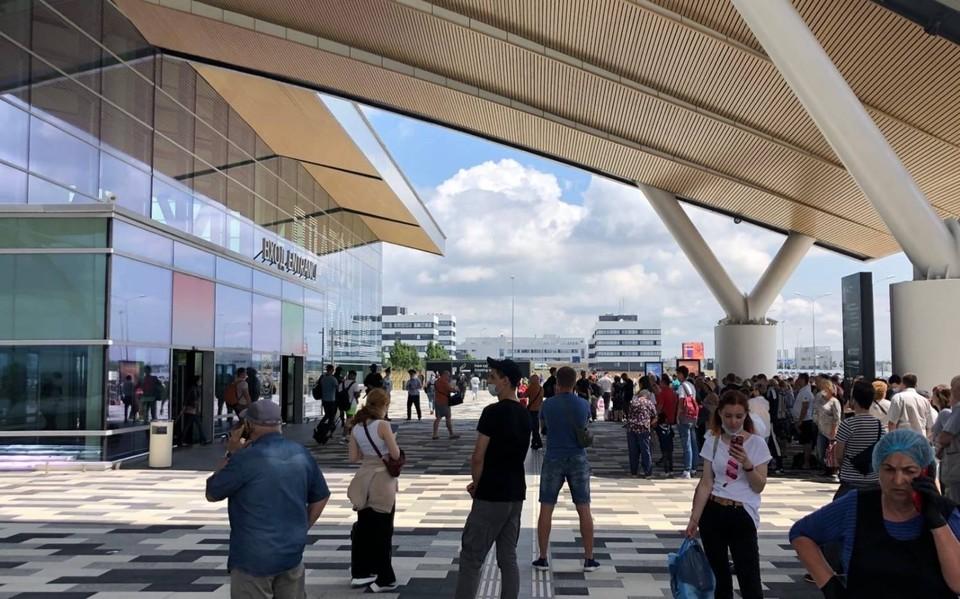 Люди толпятся около аэропорта. Фото: соцсети