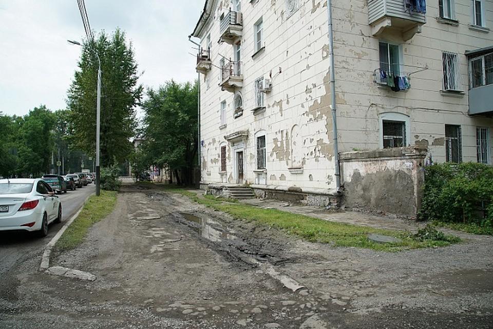 Дождевая вода разрушает тротуары и затапливает подвалы домов, угрожая целостности фундаментов