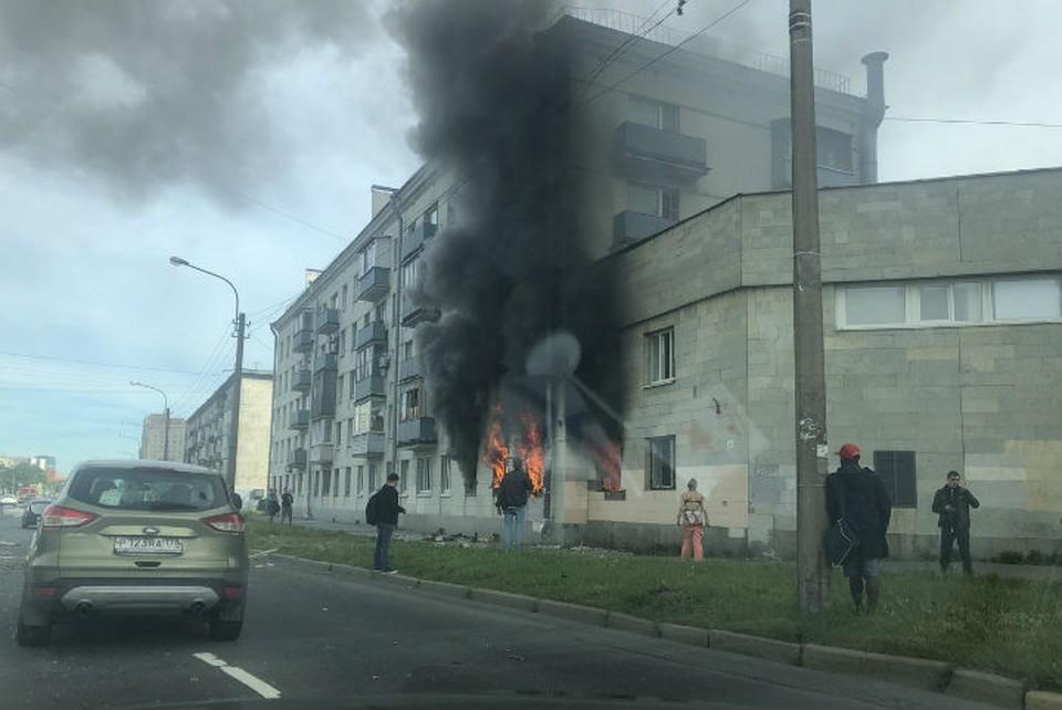 Мощный пожар произошел в доме на Краснопутиловской улице в Петербурге